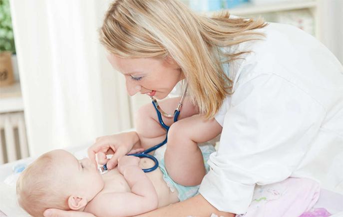 Auxiliaire de puériculture avec un enfant en bas âge