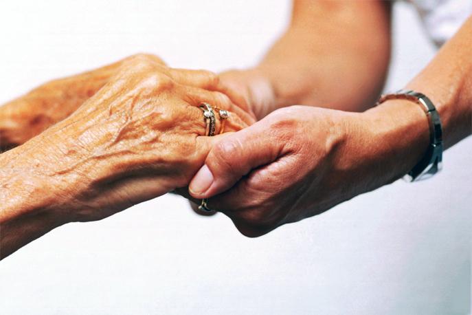 L'aide-soignante soutient et aide les personnes âgées