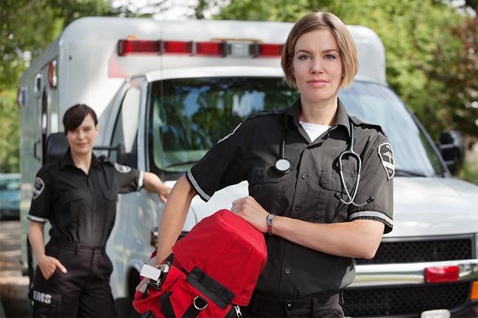 Ambulancier prêt à transporter les malades et les blessés