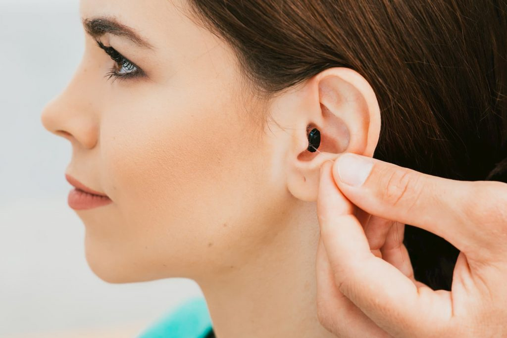 Qu'est-ce qu'un appareil auditif invisible ? Quels sont les avantages, le prix, les inconvénients… ?