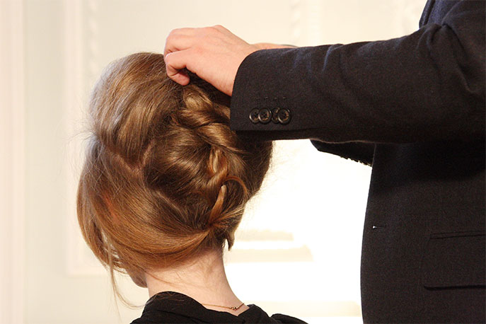 Un coiffeur visagiste en action