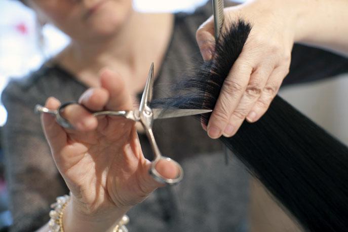 Coiffeur en pleine coupe de cheveux