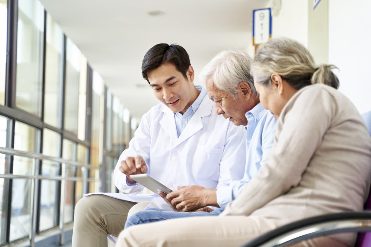 Un médecin aide des personnes âgées..