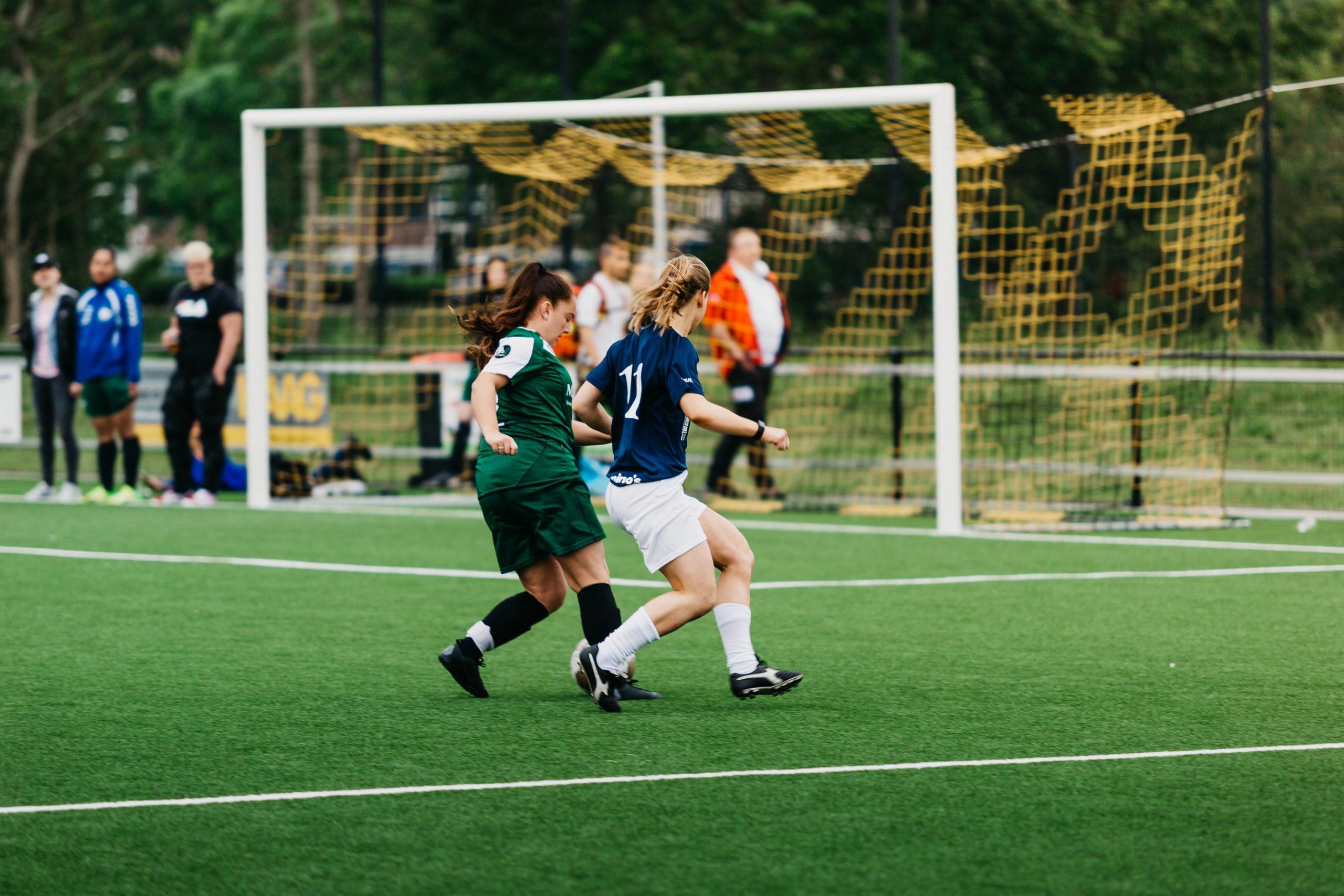 Deux filles jouent au football