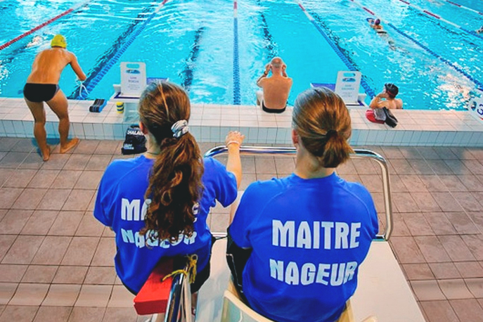 Le maître-nageur sauveteur surveille la baignade