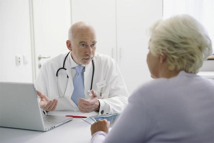 Médecin traitant en consultation.