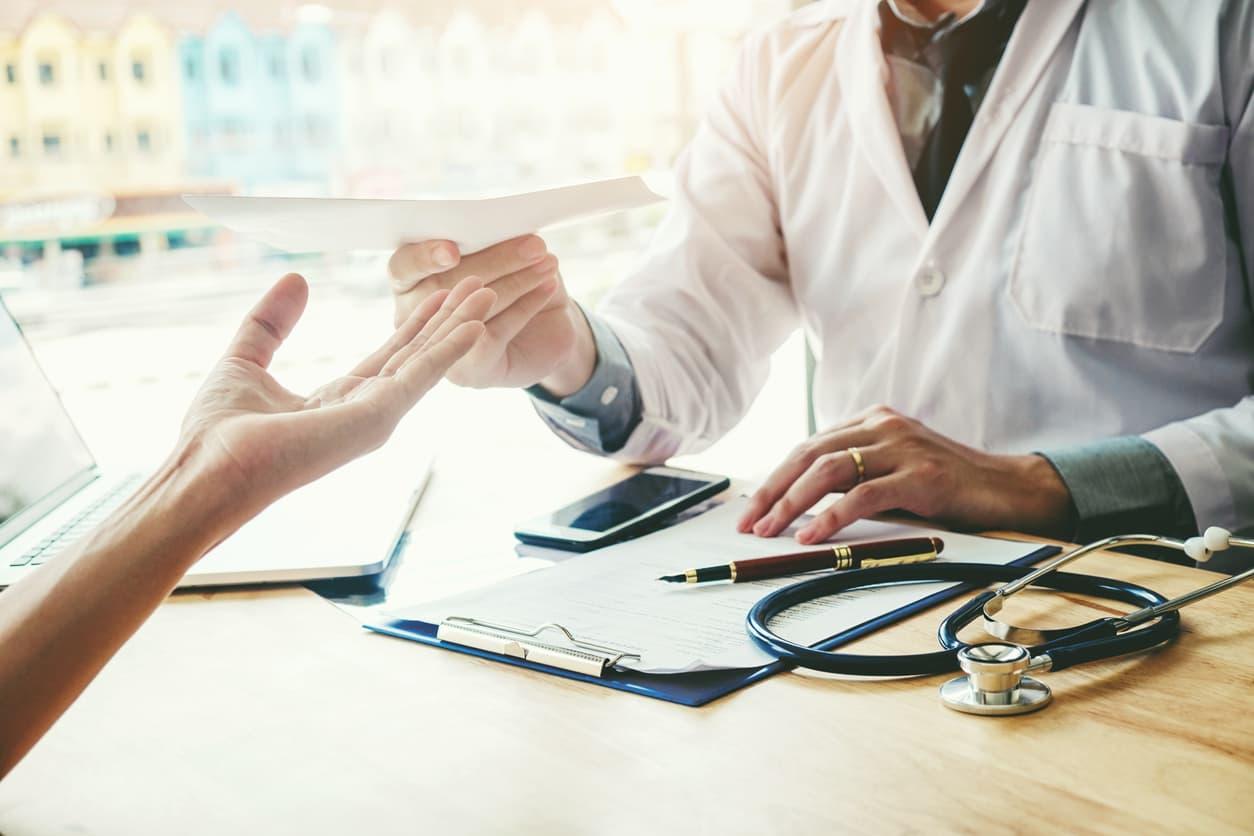 Un médecin donne une ordonnance à un patient