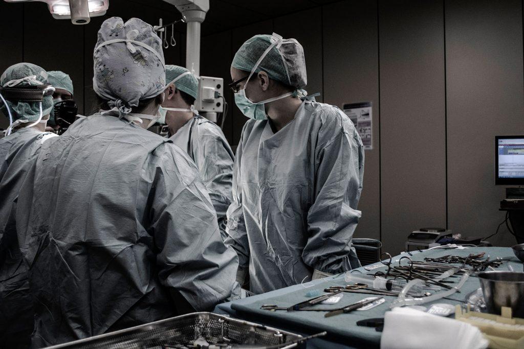 Opération hernie discale : Quand opérer ? Comment se passe l'intervention ? Quoi faire après ?