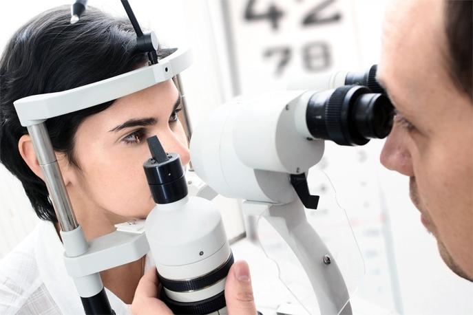 L'ophtalmologue examine l'œil d'une patiente