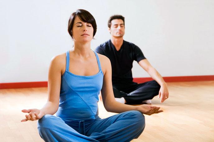 Apprentissage des postures par un professeur de Yoga