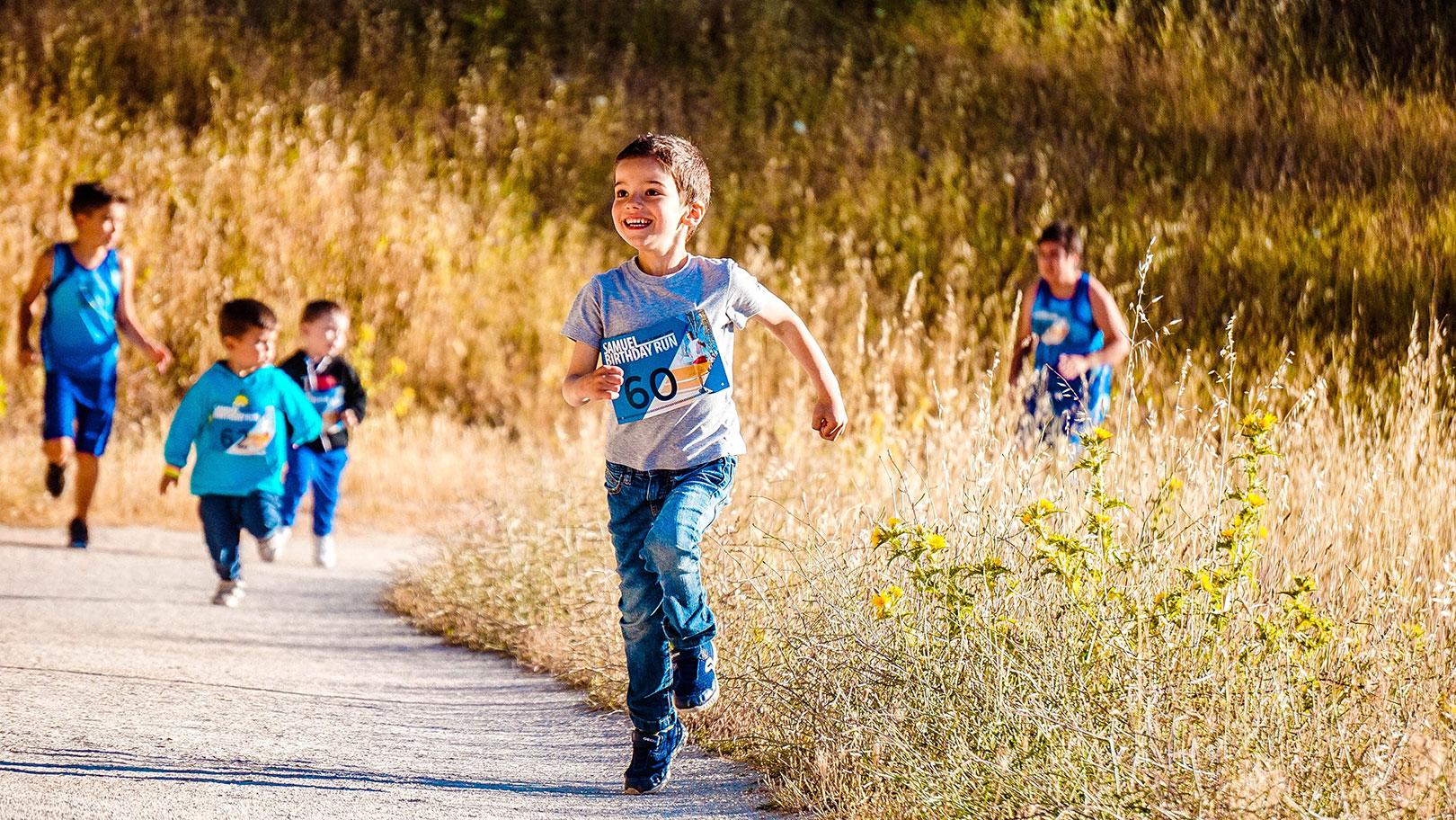 Des enfants courent durant une course