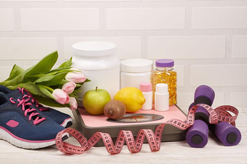 Basket, fruits, poids et compléments alimentaires pour le sport